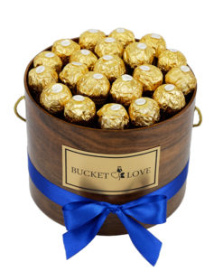 ferrero roche čokoladice v lesenem rjavem vrču z modro pemntljo