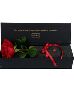 rdeča vrtnica v črni elegantni škatli z zlatim ljubezenskim napisom
