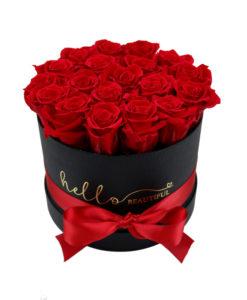 rdeče vrtnice v črni škatli in rdečim trakom ter zlatim napisom