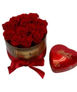 rdeče srce z lindt čokoladicami in bucket of love z rdečimi vrtnicami