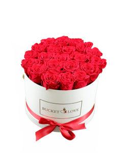 elegantna bela škatla napolnjena z rdečimi vrtnicami in trakom