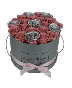 siv vrč ljubezni in sive vrtnice ter roza vrtnice