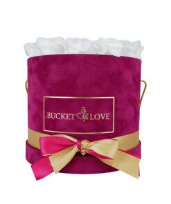 žametna okrogla škatla vijolične barve z belimi prepariranimi vrtnicami