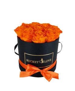 oranžne rože v črni škatli za valentinovo