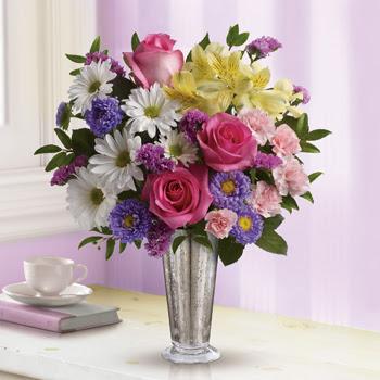 šopek rož sestavljen iz vrtnic marjetic in alstromerij