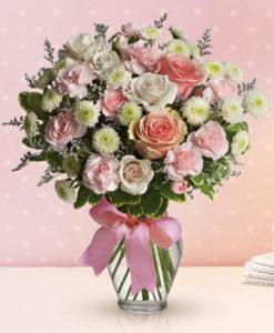 svetel šopek rožic je sestavljen iz samih nežnih barv kot je bela, roza, svetlo rumena