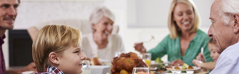 dedek in vnuk pri jedi in pogovoru ob mizi