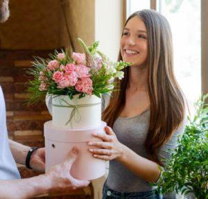 podarjanej cvetja dekletu